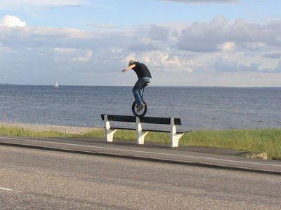 Skinny på en bänk